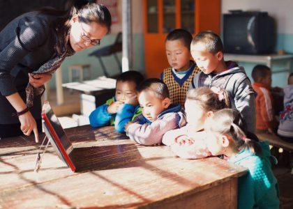 乡村幼儿园缺乏课程资源,阳光盒子试图用唱戏机破局